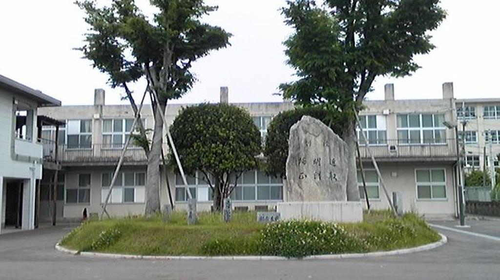 セミナーハウス前に設置された校訓碑