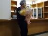 花束を抱える吉野さん